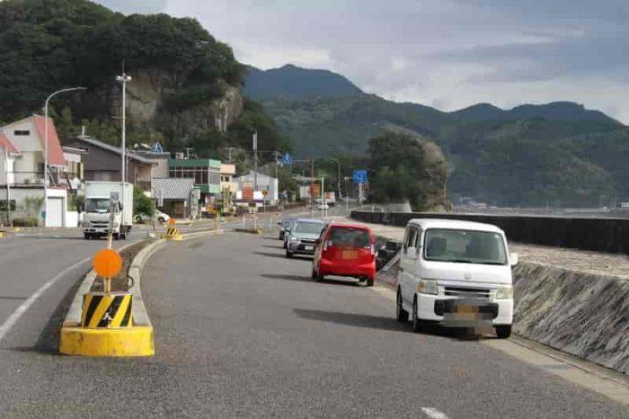 側道に設けられた駐車スペースです。