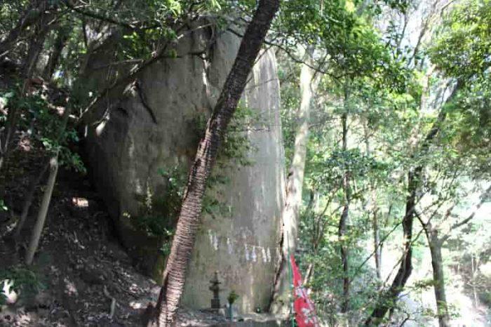 注連縄と紙垂が掛けられた辨天岩です。