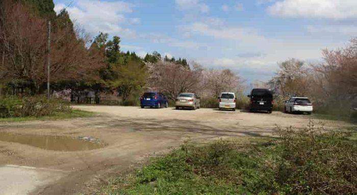 酒波寺に用意されている無料駐車場です。