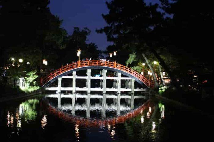 ライトアップの光を受けた『太鼓橋』です。