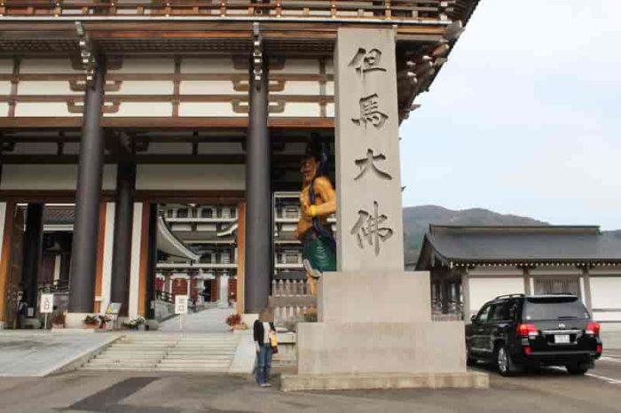 但馬大仏と刻まれた巨大な石柱です。