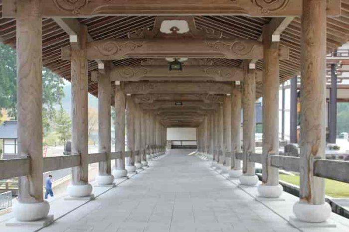『総木造』となる『回廊』です。