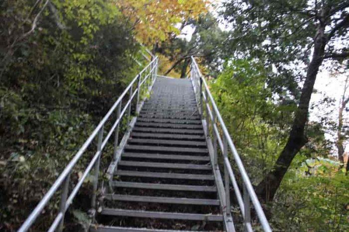 心が折れるほど長く急な階段です。