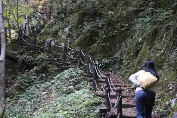 急勾配の階段や坂道が続きます。