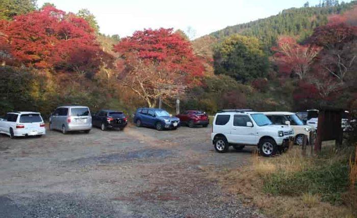 鳥見山公園の無料駐車場です。