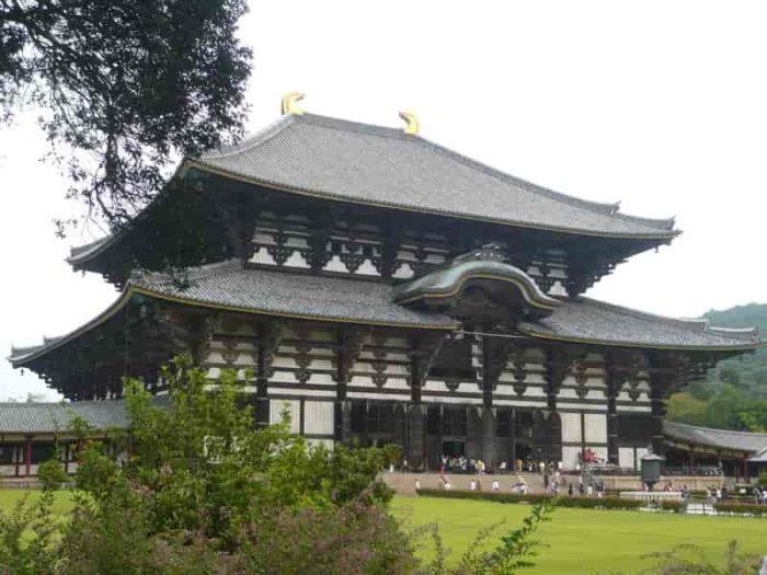 世界最大級の木造軸組建築『大仏殿』です。