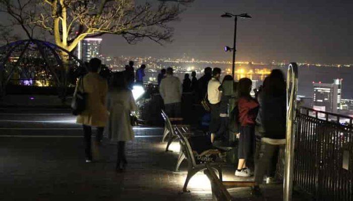 諏訪山展望台で夜景を楽しむ様子です。!