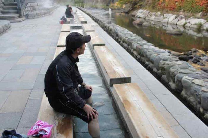 春来川沿いの無料の足湯です。